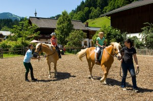 Reiten in Mhlbach am Hochknig im Bergdorf der Tiere